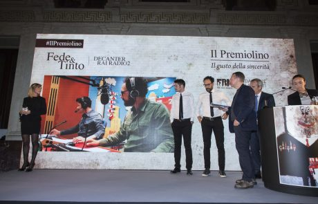 un momento della premiazione di Fede & Tinto, vincitori del Premio Birra Moretti per la Diffusione della Cultura Alimentare