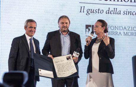Francesco Zizola (premiato) tra Alfredo Pratolongo e Chiara Beria di Argentine (giurati)